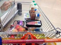 Einkaufslaufkatze oder -Warenkorb mit Lebensmittel Stockfoto