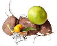Einkaufslaufkatze und -früchte Stockfotos