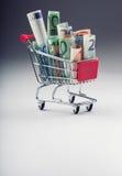 Einkaufslaufkatze voll von geld- Eurobanknoten - Währung Symbolisches Beispiel des Ausgebens des Geldes in den Shops oder günstig Lizenzfreie Stockbilder