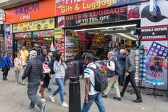 Einkaufsleute nähern sich Souvenirladen in Oxford-Straße London, Großbritannien lizenzfreies stockbild