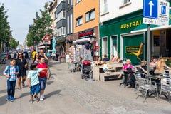 Einkaufsleute und -touristen an den Terrassen im Stadtzentrum gelegenes Antwerpen, Belgien lizenzfreie stockfotos