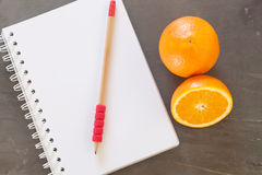 Einkaufsliste mit gesunden Früchten Lizenzfreie Stockbilder