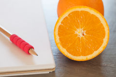 Einkaufsliste mit gesunden Früchten Stockfoto