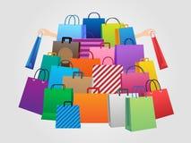 Einkaufsmann und -frauen mit vielen Taschen Stockfotos