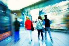 Einkaufsmenge, die auf Bürgersteig geht Lizenzfreie Stockbilder