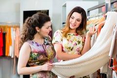 Einkaufsmode der jungen Frauen im Kaufhaus Lizenzfreies Stockbild
