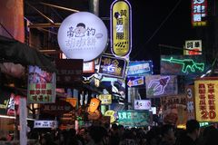 Einkaufsnachtstraße in Taichung, Taiwan stockbilder