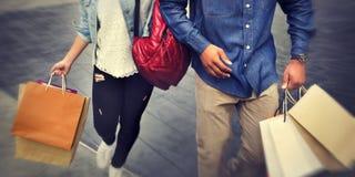Einkaufspaar-Kapitalismus, der Romance Ausgaben-Konzept genießt stockfoto