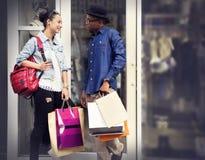 Einkaufspaar-Kapitalismus, der Romance Ausgaben-Konzept genießt stockfotos
