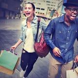 Einkaufspaar-Kapitalismus, der Romance Ausgaben-Konzept genießt lizenzfreie stockfotografie