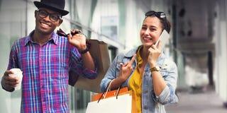 Einkaufspaar-Kapitalismus, der Romance Ausgaben-Konzept genießt stockbilder