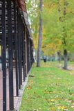 Einkaufssäulengang im Herbstpark lizenzfreie stockfotos