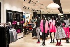 Einkaufsspeicher mit Modemannequins Lizenzfreie Stockfotos