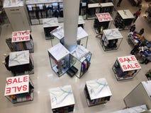 Einkaufsstoff vieler Leute im Jahresmitteverkauf Stockfotografie