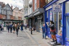 Einkaufsstraße mit Leute in die Stadt alter historischer Canterbury-Verdichtereintrittslufttemperat lizenzfreies stockfoto