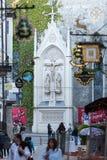 Einkaufsstraße in Salzburg - Getreidegasse mit mehrfachen Werbeschildern Getreidegasse, ist eine der ältesten Straßen in Salzbur Lizenzfreie Stockfotografie