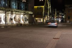 Einkaufsstraßenverkehr mit Weihnachtsweihnachtseinführungsdekoration lizenzfreies stockbild