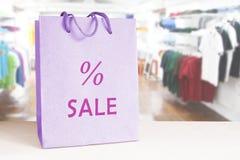 Einkaufstasche auf einem Zähler in einem Bekleidungsgeschäft Dieses ist Datei des Formats EPS10 leerer Kopienraum Lizenzfreie Stockfotografie