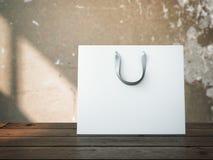 Einkaufstasche auf hölzerner Tabelle Lizenzfreies Stockbild
