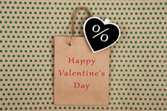 Einkaufstasche, Geschenktasche und Tafel in Form von Herzen mit Zeichen rechnen % und Text u. x22 ab; Glückliches Valentine& x27; Lizenzfreies Stockbild