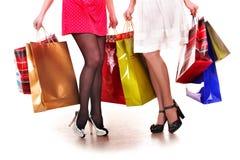 Einkaufstasche und Gruppe des Fahrwerkbeines in den Schuhen. Stockfotos