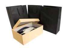 Einkaufstasche und Kasten. Getrennt auf Weiß Lizenzfreie Stockfotos