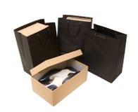 Einkaufstasche und Kasten mit Schuhen Lizenzfreies Stockbild