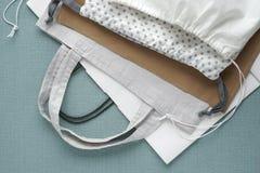 Einkaufstaschen auf blauem Hintergrund Baumwolle und Papiertüten für das freie Plastikeinkaufen lizenzfreies stockbild