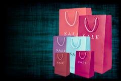 Einkaufsverkaufstaschen auf Gutshofhintergrund. Stockfotografie