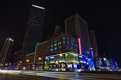 Einkaufsviertel nachts, Dalian, China Stockfotos