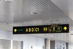 Einkaufsviertel und Übertragung unterzeichnen an einem internationalen Flughafen Stockfotografie