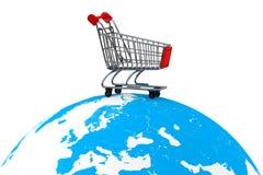 Einkaufswagen über der Erde Stockfotografie