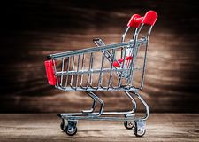Einkaufswagen auf hölzernem Abschluss herauf Ansicht lizenzfreie stockfotografie