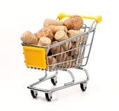 Einkaufswagen gefüllt mit Korken Stockfoto