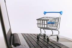 Einkaufswagen ist auf dem Laptop Online-Verkauf-Konzept stockfotografie