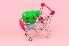 Einkaufswagen mit Kaktus stockfoto