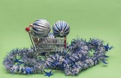 Einkaufswagen mit Kugel- und Weihnachtsgirlanden stockfotografie