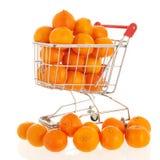 Einkaufswagen mit Tangerinen lizenzfreie stockfotos