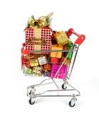 Einkaufswagen mit Weihnachtsgeschenken Stockbilder