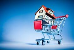 Einkaufswagen und Haus Lizenzfreies Stockfoto