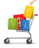Einkaufswagen voll der Einkaufenbeutel mit einem Verkauf Stockfotografie
