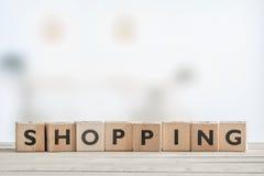 Einkaufszeichen auf einem Holztisch Lizenzfreie Stockfotografie
