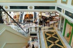 Einkaufszentreninnenraum Lizenzfreies Stockfoto