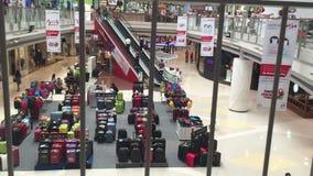 Einkaufszentrum mit Atrium innerhalb des Innenraums stock footage
