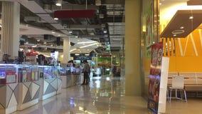 Einkaufszentrum mit Atrium innerhalb des Innenraums stock video