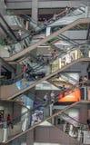 Einkaufszentrum mit beweglichen Rolltreppen stockbilder