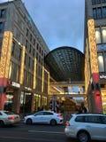 Einkaufszentrum von Berlin Exterior mit Weihnachtsdekoration, Weihnachtsbaum und Lichtern stockfoto