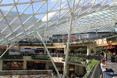 Einkaufszentrum in Warschau Polen mit Glasdach stockbilder