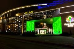 Einkaufszentrumfassade nachts Stockfotos