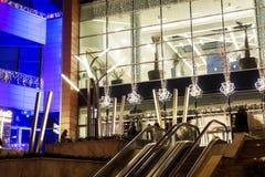 Einkaufszentrumfassade nachts Stockfotografie